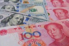 Amerikaanse dollars en Chinees Yuansbankbiljet, die de handel tussen het concept van twee land verwijzen royalty-vrije stock foto's