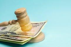 Amerikaanse dollars en de hamer van de rechter/hamer Het concept corruptie in de staat en de overheid hof Faillissement, Omkoperi royalty-vrije stock foto's