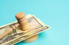 Amerikaanse dollars en de hamer van de rechter/hamer Het concept corruptie in de staat en de overheid hof Faillissement, Omkoperi stock foto's