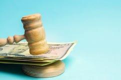 Amerikaanse dollars en de hamer van de rechter/hamer Het concept corruptie in de staat en de overheid hof Faillissement, Omkoperi royalty-vrije stock fotografie
