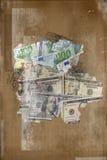 Amerikaanse dollars en euro geassorteerd rekeningencontant geld op grunge Stock Fotografie
