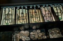 Amerikaanse dollars en muntstukken in open contant geldlade royalty-vrije stock afbeeldingen
