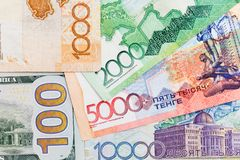 Amerikaanse dollars en tenge van Kazachstan Stock Foto's