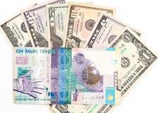 Amerikaanse dollars en tenge van Kazachstan Stock Fotografie