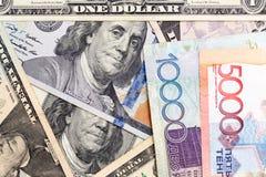 Amerikaanse dollars en tenge van Kazachstan Royalty-vrije Stock Afbeelding