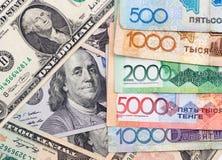 Amerikaanse dollars en tenge van Kazachstan Royalty-vrije Stock Fotografie