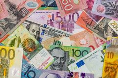 Amerikaanse dollars, Europese euro, Zwitserse frank, Canadese dollar, Australische dollar stock foto