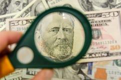 50 Amerikaanse dollars onder een vergrootglas Royalty-vrije Stock Foto's