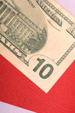 Amerikaanse dollars op Amerikaanse vlag Royalty-vrije Stock Foto's