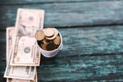 Amerikaanse dollars op een groene houten achtergrond royalty-vrije stock fotografie