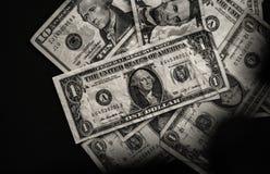 Amerikaanse dollars op zwarte background_black en wit Stock Fotografie