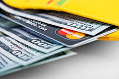 Amerikaanse dollars rekeningen en de creditcard van Mastercard in portefeuille. Stock Foto's