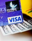 Amerikaanse dollars rekeningen in portefeuille en Visumcreditcard Stock Afbeeldingen