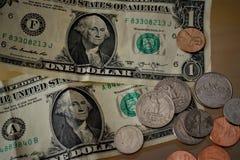 Amerikaanse dollarsmuntstukken en nota's stock fotografie