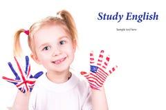Amerikaanse en Engelse vlaggen op de handen van het kind. Stock Foto's