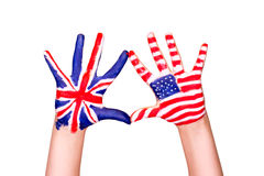 Amerikaanse en Engelse vlaggen op handen. Royalty-vrije Stock Afbeeldingen
