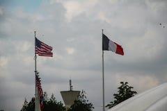 Amerikaanse en Franse vlaggen in Normandië stock fotografie