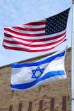 Amerikaanse en Israëlische vlaggen die hoog in Brooklyn, New York vliegen Royalty-vrije Stock Foto