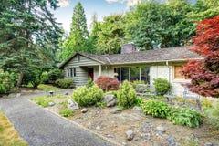 Amerikaanse groene verhaalhuis buiten met goed gehouden tuin Stock Fotografie