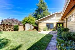 Amerikaanse huisbuitenkant Groene binnenplaats met bomen en loods Royalty-vrije Stock Fotografie