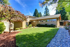 Amerikaanse huisbuitenkant Groene binnenplaats met bomen en loods Stock Foto