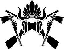 Amerikaanse Indische hoofddeksel, kanonnen en tomahawken Stock Foto's