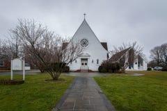 Amerikaanse kerk op bewolkt weer stock foto