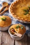 Amerikaanse keuken: kippenpastei met groenten in een pot verticaal Royalty-vrije Stock Afbeelding
