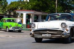 Amerikaanse klassieke auto op de straat Royalty-vrije Stock Afbeeldingen