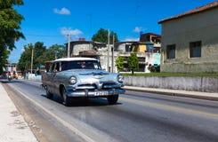 Amerikaanse klassieke auto op de straat in Trinidad Stock Foto's