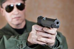 Amerikaanse militair die een pistool streven Royalty-vrije Stock Fotografie