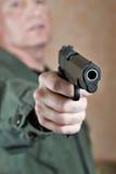 Amerikaanse militair die pistool streven Royalty-vrije Stock Foto's