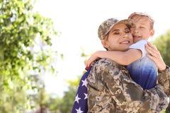 Amerikaanse militair met haar zoon in openlucht Legerdienst royalty-vrije stock afbeeldingen