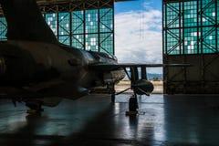 Amerikaanse militaire die bommenwerpersvliegtuigen met bommen in de hangaar van de luchthavenbasis klaar voor vluchtaanval worden stock afbeeldingen