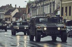 Amerikaanse militaire konvooipas door Brasov, Roemenië Stock Foto's