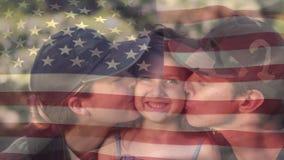 Amerikaanse militairen die hun dochter kussen stock videobeelden