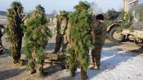 Amerikaanse militairen en militaire uitrusting voor manoeuvres in Polen Stock Foto's