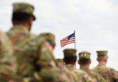Amerikaanse Militairen en van de V.S. Vlag De troepen van de V.S. stock fotografie