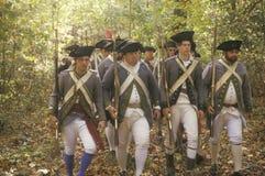 Amerikaanse militairen tijdens het Historische Amerikaanse Revolutionaire Oorlogsweer invoeren, Dalingskamp, Nieuwe Windsor, NY Royalty-vrije Stock Fotografie