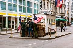 Amerikaanse militairen vooraan Checkpoint Charlie in Berlijn, Duitsland Royalty-vrije Stock Afbeelding