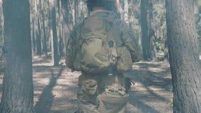 Amerikaanse militairenpatrouille de perimeter in het bos stock footage