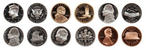 Amerikaanse muntstukken geplaatst die op witte achtergrond worden ge?soleerd stock afbeeldingen