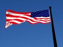 Amerikaanse ochtendvlag in vroege dageraad bij de marinepijler van Chicago royalty-vrije stock foto
