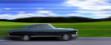 Amerikaanse oude auto in motie stock afbeeldingen