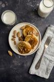 Amerikaanse pannekoeken met karamel en noten bij zwarte achtergrond royalty-vrije stock fotografie