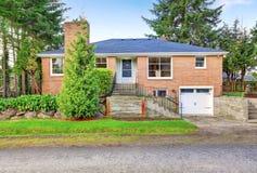 Amerikaanse rode baksteen twee verhaalhuis buiten met garage Royalty-vrije Stock Foto's
