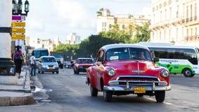 Amerikaanse rode klassieke auto in de stad van Havana op de straat Stock Foto's