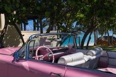 Amerikaanse roze die Cabriolet Oldtimer dichtbij het strand in Varadero Cuba - de Rapportage van Serie wordt geparkeerd Kuba 2016 Stock Foto