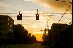 Amerikaanse stadsstraat die bij zonsondergang met rood verkeerslicht in Los Angeles kruisen Royalty-vrije Stock Foto's