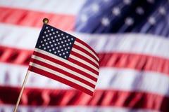 Amerikaanse stuk speelgoed vlag over blauwe bewolkte hemel. Royalty-vrije Stock Afbeeldingen